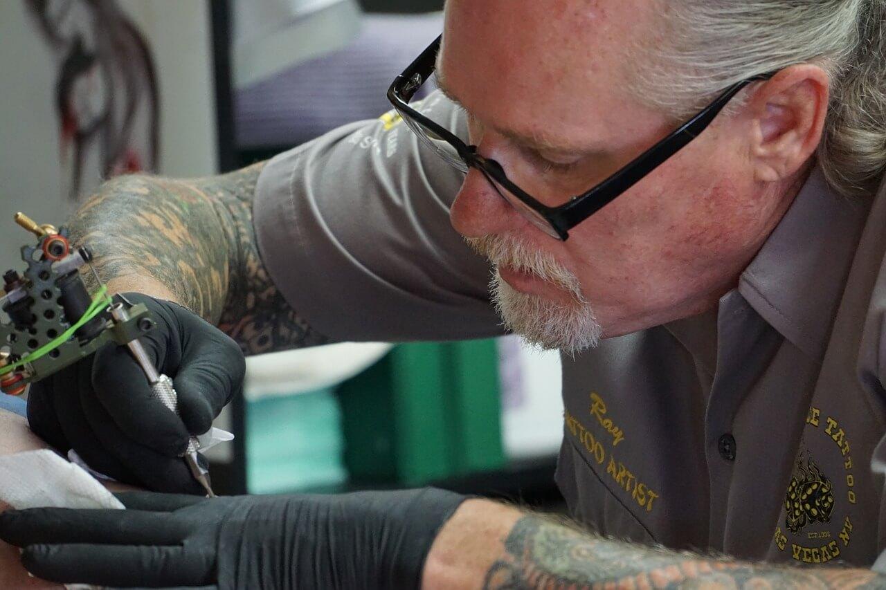 quanto ganha um tatuador no brasil
